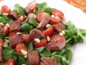 مكعبات اللحم مع الخضروات والطماطم بعد التقطيع