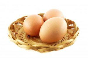 بيض لعمل تورتة موس الشوكولا