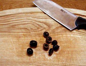 تعلمي كيف يتم تقطيع الزيتون الاسود بطريقة جميلة الي شرائح صغيرة
