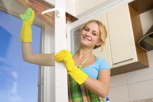 Women cleaning a - تنظيف نوافذ المطبخ بالصور بالدمام