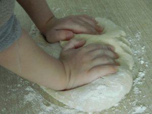 عجين المكونات باليد بالصور من مطبخ فتكات