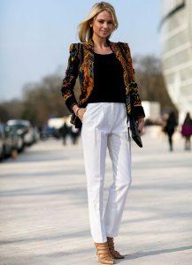 اللون الابيض هي موضة ملابس الخروج للبنات في نبطلون جميل مع بدي اسود علي بلورو صيفيي انيق لعام 2017