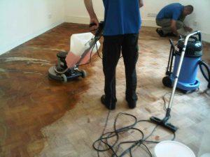تعلمي معانا كيف تقومي بنظافة ارضية منزلك الخشبي بدون تعب او خدش الارضيات