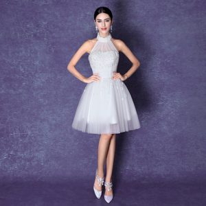a80411506 ... فستان زفاف قصير ليمنحها الراحة والحرية في الحركة، ولتظهر جمال قوامها،  كما انه يجعلها اكثر اختلافا واكثر تميزا. ونقدم لكي تشكيلة من فساتين الزفاف  القصيرة