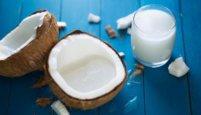 فوائد حليب جوز الهند لصحة البشرة والجسم