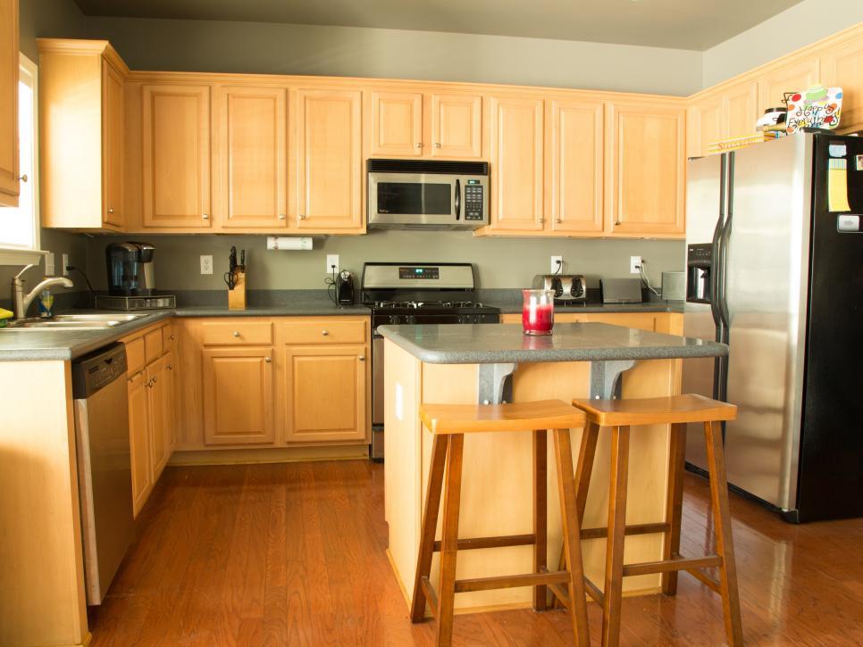 bpf-holiday-house-kitchen-before_s4x3-jpg-rend-hgtvcom-966-725