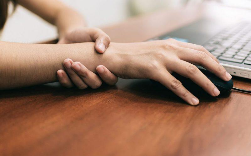 أسباب رعشة اليدين وطرق علاجها