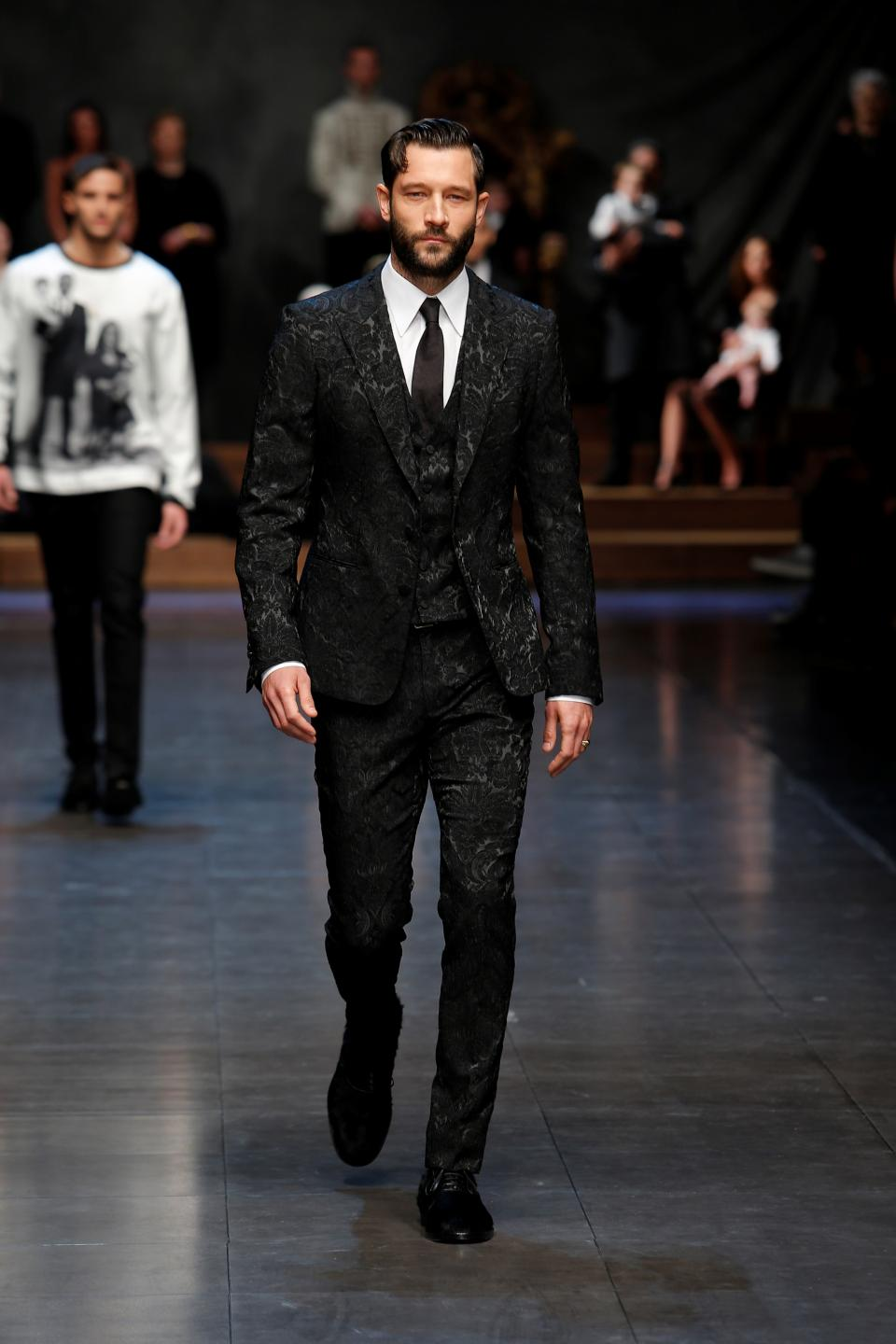 asvof-2015-01-17-dolceampgabbana_winter_2016_men039s_fashion_show-diane_pernet-1511520502