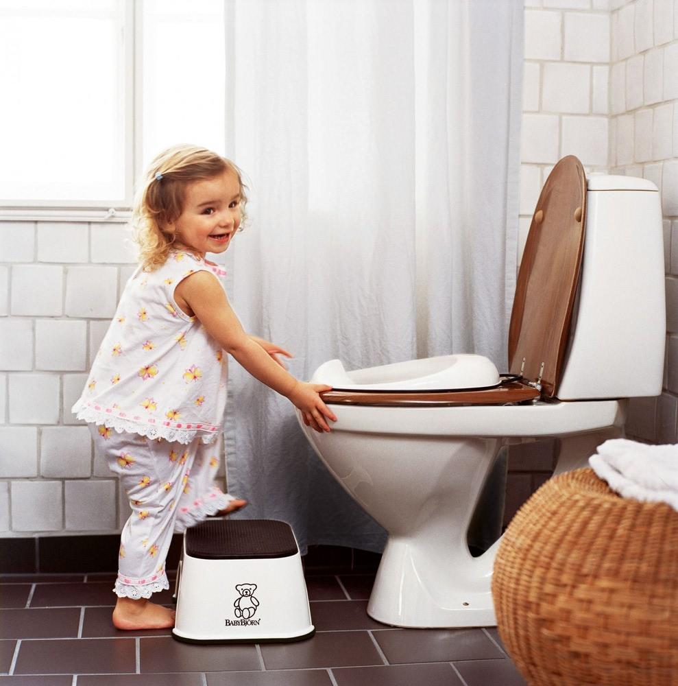 كيف أعلم طفلي على الحمام