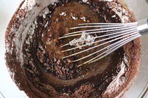 اضافة خليط الشوكولاته علي المكونات السابقة بالصور والخطوات