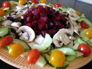 رص القطع مع صب قليل من البنجر مع التقطيع الاحترافي للخضروات ناتج سحور رمضاني شهي