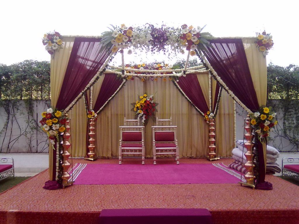 wedding-stage-decoration-with-white-flowers
