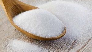 السكر - سهل الهضم والأطعمة ذات السعرات الحرارية العالية (375 كيلو كالوري / 100 غ)، والتي لها تأثير على تقوية الجهاز العصبي، ويزيد من قابلية الحواس (البصر، السمع)، ويزيد من الاهتمام. في روسيا، والسكر هو المادة الخام الرئيسية في صناعة الحلويات. وهو يستخدم في صناعة الحلويات، والحلويات، الشوكولاته، الهلام الفواكه، أعشاب من الفصيلة الخبازية، هلام الفول، الكوكيز، الكعك، والفطائر والكعك والمعجنات الأخرى. هذه الحلويات، الكرمل، فندان حلوى، وأصناف السكر من هلام الفول، مرنغ، مصنوعة 80-95٪ ليصل السكر. الشوكولاته وأنواع كثيرة من حصة حلوى السكر حوالي 50٪، والدقيق - 30-40٪. وقد بلغ استهلاك الأبيض (المكرر) السكر في البلدان المتقدمة 140-150 غرام يوميا للشخص الواحد، ونتيجة لذلك بدأت تظهر الجوانب السلبية لأفعاله. لذلك، في معظم بلدان أوروبا وأمريكا، جنبا إلى جنب مع المكرر (الأبيض) السكر أصفر، التي تم الحصول عليها خلال إنتاج قصب السكر الخام (منتج التنظيف غير مكتمل). السكر البني، إلى جانب السكروز، يتألف قلب السكر (سكر الفواكه والجلوكوز)، والمعادن (الكروم والمنغنيز، الخ)، وحامض عضوي، أي مجمع المواد الفعالة بيولوجيا.