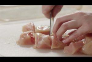 www.fatakat-a.comتقطيع الدجاج مكعبات لعمل دجاج بالكاري من مطبخ فتكات 2016