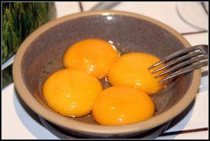 صفار البيض في وعاء كبير لتحضير حلوي السوفليه