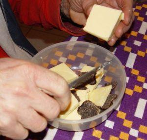 كوب زبدة صغيرة او قطع صغيرة زبدة صفراء