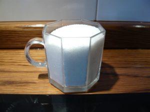 كوب من السكر لعمل السوفليه بالفراولة والشوكولا