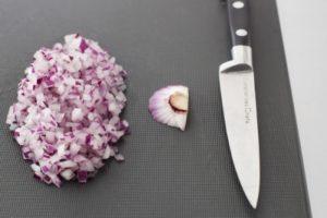 www.fatakat-a.com مراحل تقطيع البصل الي قطع صغيرة اذا كنت تودي طاهيه في الزيت وتشويحه