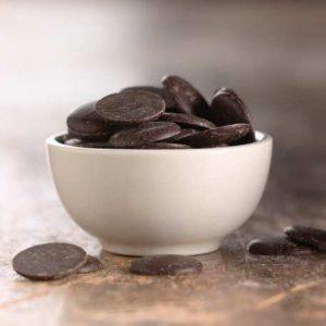 وعاء شوكولاته داكنة لاعداد سوفليه الشوكولا اللذيذ في المنزل بالصور
