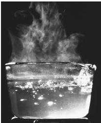 ماء ساخن لعمل ماسك البابونج للشعر