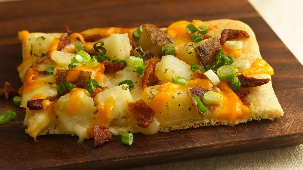 طريقة عمل بيتزا البطاطس بالصور والخطوات