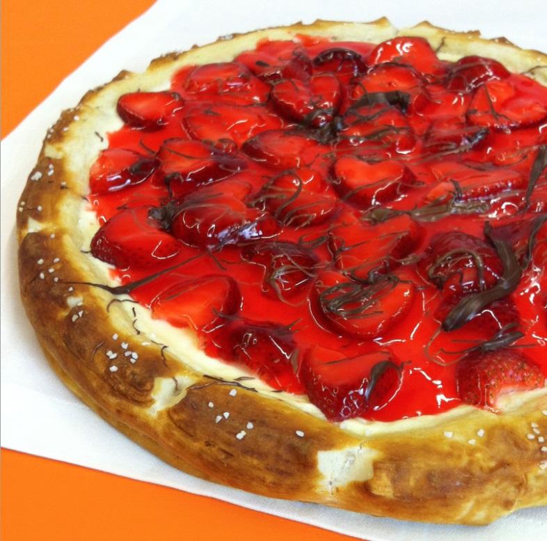 بيتزا الفراولة والشوكولاته والجبن